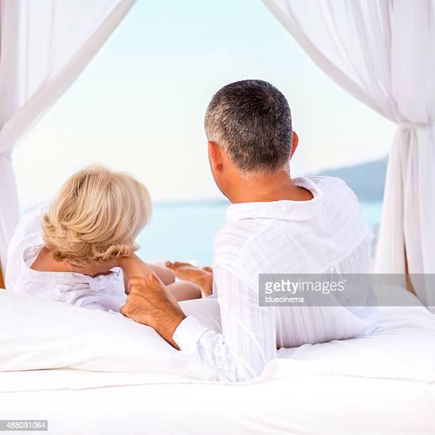 Romantisches Paar genießen am Strand