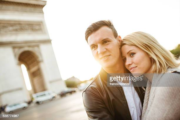 Casal desfrutar romântico ao pôr do sol em Paris
