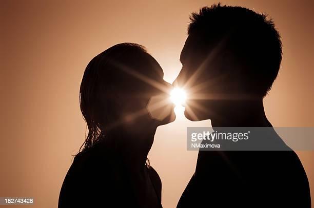 Romantisches Paar Küssen in den Sonnenuntergang