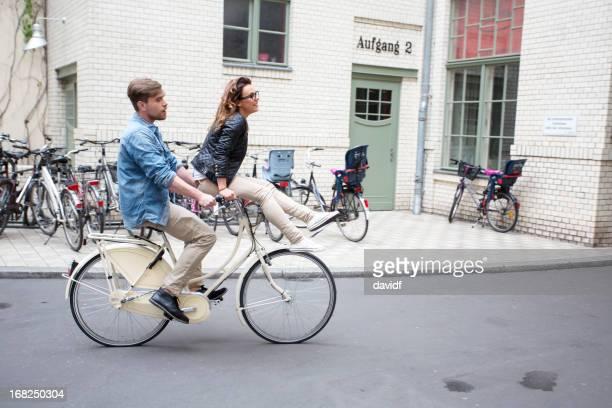 Romantisches Paar Reiten Fahrräder