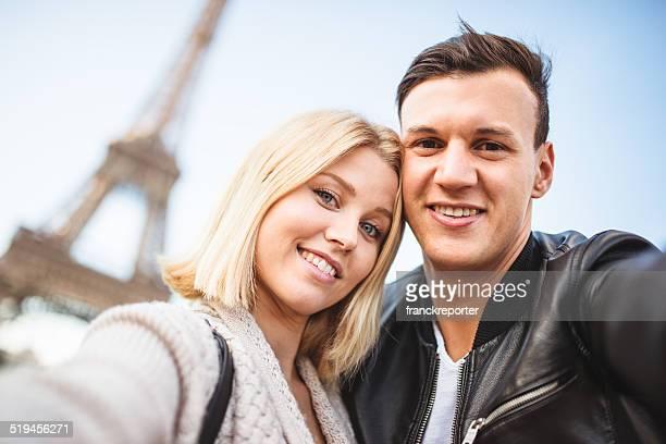 Romantique couple prenant un selfie sur Paris