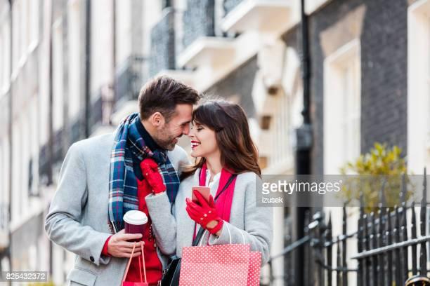 Romantisches Liebespaar Einkaufstaschen tragen