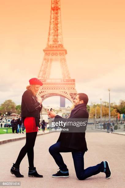 Casamento romântico proposta a Torre Eiffel, Paris, França