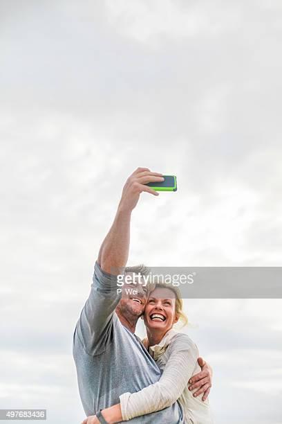 Romántico pareja de edad intermedia autofoto