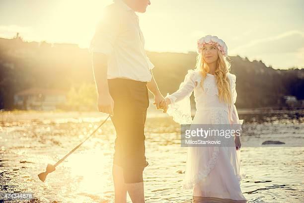 Romantische retro Hochzeit Paar auf dem Meer bei Sonnenuntergang.