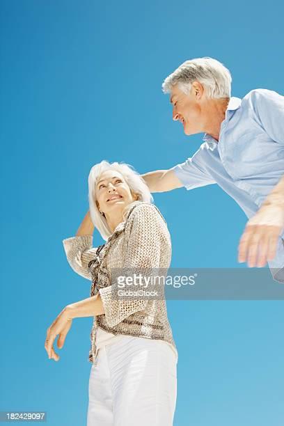 Romantisches altes Paar Tanzen zusammen vor blauem Himmel