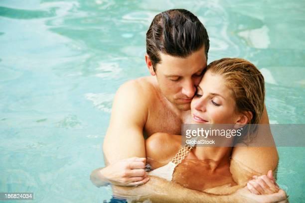 Romântico jovem Casal experimentando na piscina