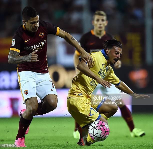 Roma's Argentinian forward Juan Manuel Iturbe vies with Frosinone's forward Daniele Verde during the Italian Serie A football match between Frosinine...