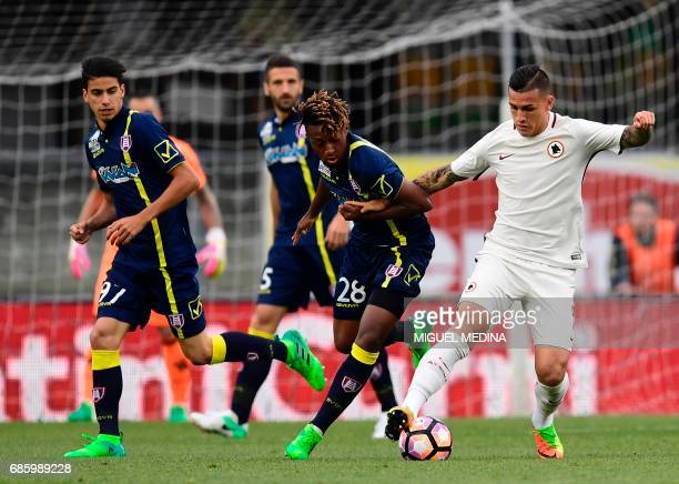 AS Roma's Argentinian midfielder Leandro Paredes vies with Chievo's French midfielder Samuel Bastian during the Italian Serie A football match Chievo...