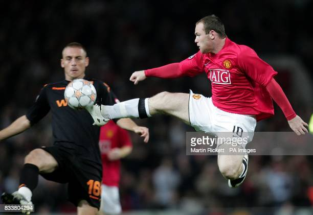 Roma's Daniele De Rossi and Manchester United's Wayne Rooney battle for the ball