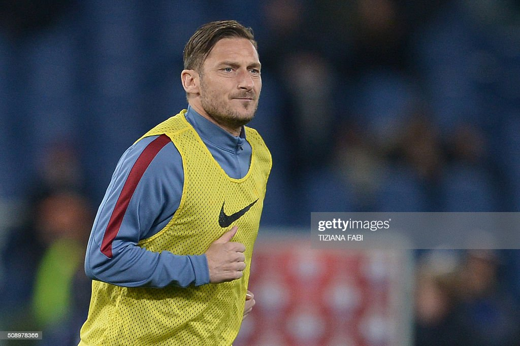 Roma's forward from Italy Francesco Totti trains with teammates at the end of the Italian Serie A football match AS Roma vs Sampdoria at the Olympic Stadium in Rome on February 7, 2016. / AFP / TIZIANA FABI