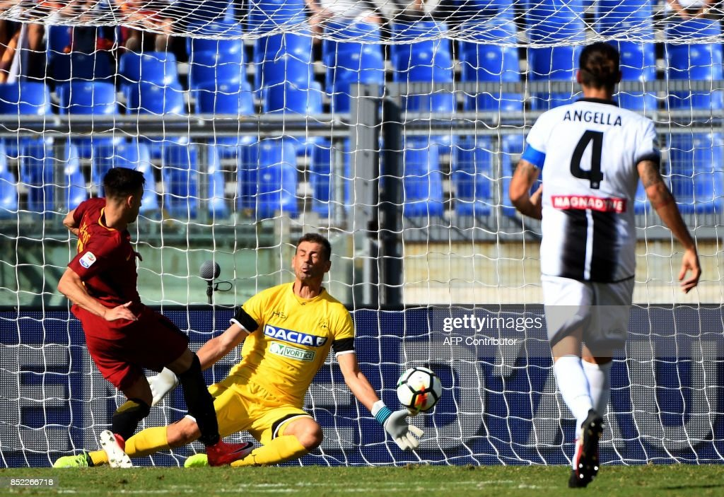 AS Roma's forward Stephan El Shaarawy (L) scores a goal past Udinese's goalkeeper Albano Bizzarri (C) during the Italian Serie A football match AS Roma vs Udinese on September 23, 2017 at the Olympic stadium in Rome. / AFP PHOTO / Vincenzo PINTO