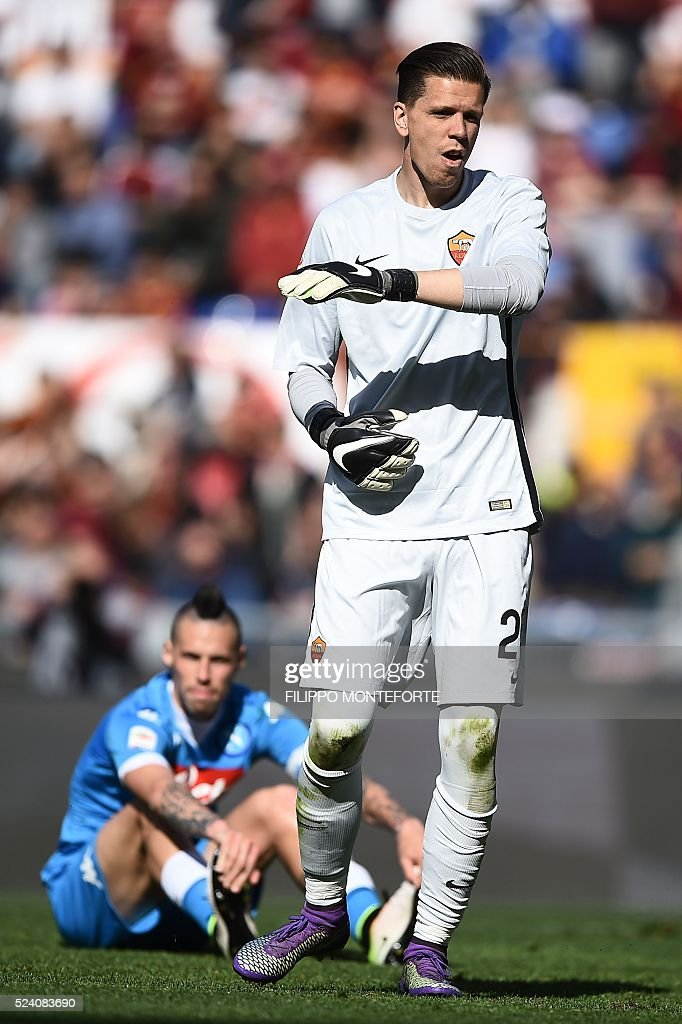 Roma's goalkeeper from Poland Wojciech Szczesny celebrates during the Italian Serie A football match AS Roma vs Napoli on April 25, 2016 at the Olympic Stadium in Rome.