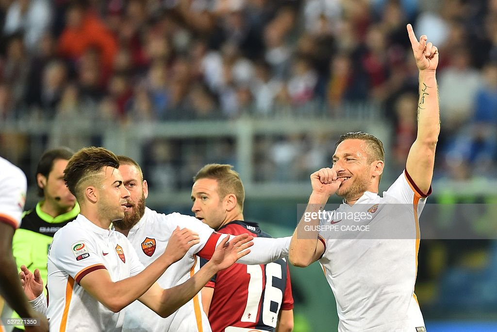 Roma's Italian forward Francesco Totti celebrates with team mates after scoring a goal during the Italian Serie A football match between Genoa and AS...