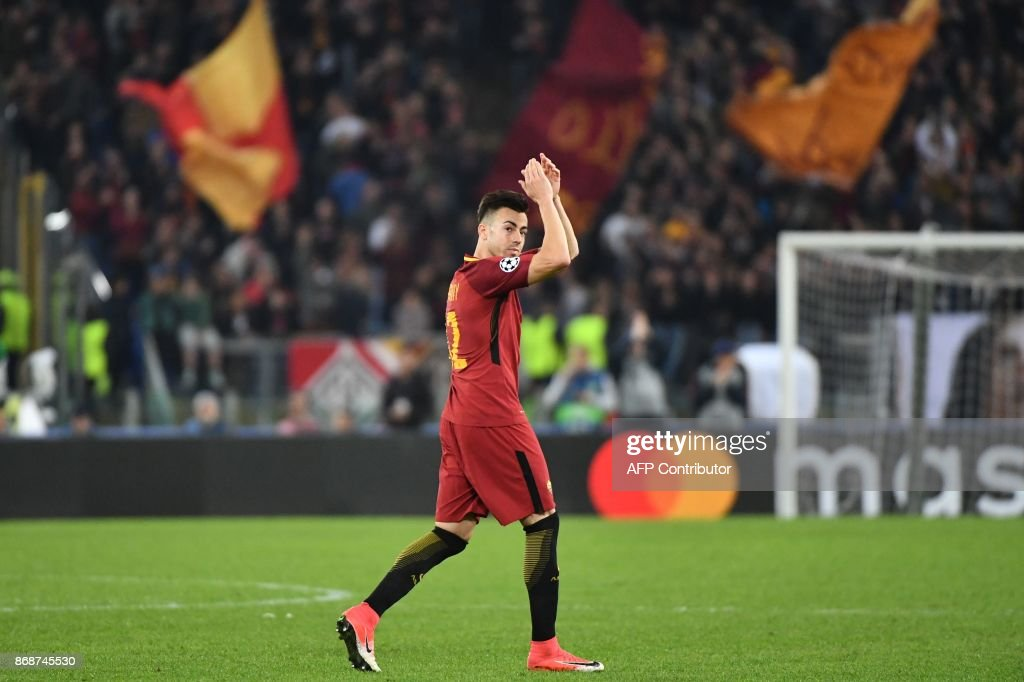 Roma's Italian striker Stephan El Shaarawy greets fans during the UEFA Champions League football match AS Roma vs Chelsea on October 31, 2017 at the Olympic Stadium in Rome. / AFP PHOTO / Alberto PIZZOLI