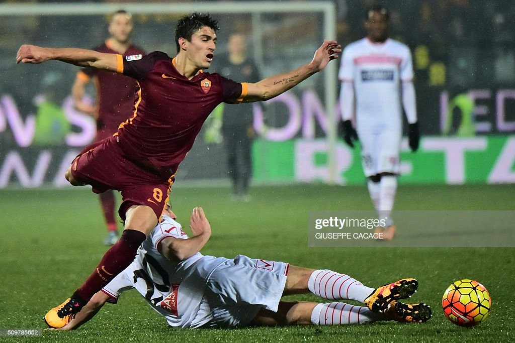 Roma's midfielder Diego Perotti(L) fight for the ball with Carpi's midfielder from Italy Lorenzo Lollo during Italian Serie A football match Carpi vs AS Roma at 'Alberto Braglia' in Modena on February 12, 2016. / AFP / GIUSEPPE CACACE