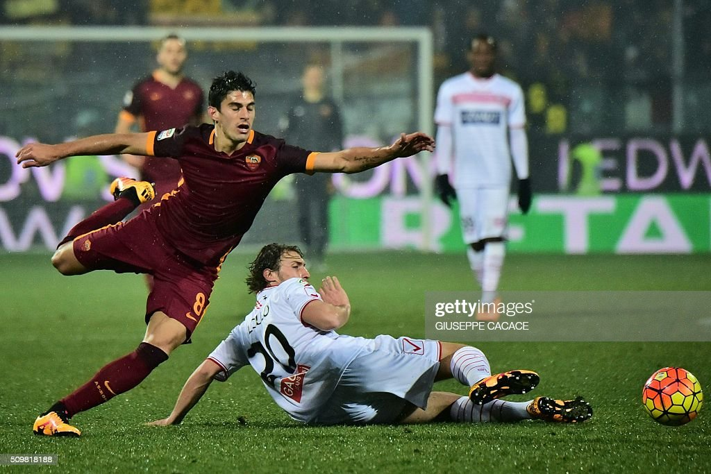 Roma's midfielder Diego Perotti fight for the ball with Carpi's midfielder from Italy Lorenzo Lollo during Italian Serie A football match Carpi vs AS ROMA at 'Alberto Braglia' in Modena on February 12, 2016. / AFP / GIUSEPPE CACACE