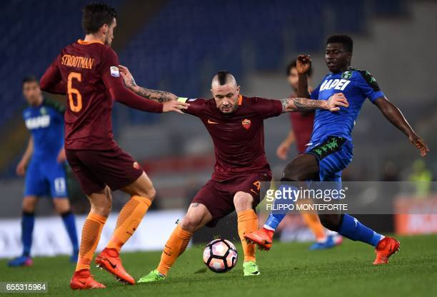 Roma's midfielder from Belgium Radja Nainggolan vies with Sassuolo's midfielder from Ghana Alfred Duncan during the italian Serie A football match...