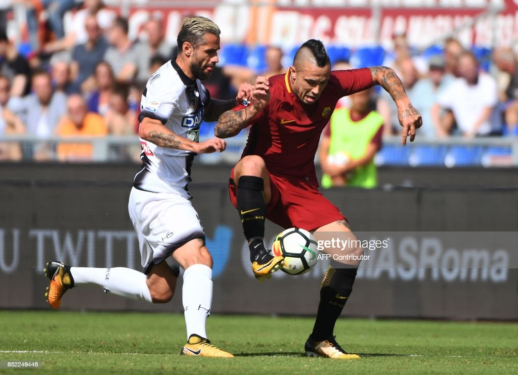Roma's midfielder from Belgium Radja Nainggolan (R) vies with Udinese midfielder from Switzerland Valon Behrami during the Italian Serie A football match between AS Roma and Udinese on September 23, 2017 at the Olympic stadium in Rome. / AFP PHOTO / Vincenzo PINTO