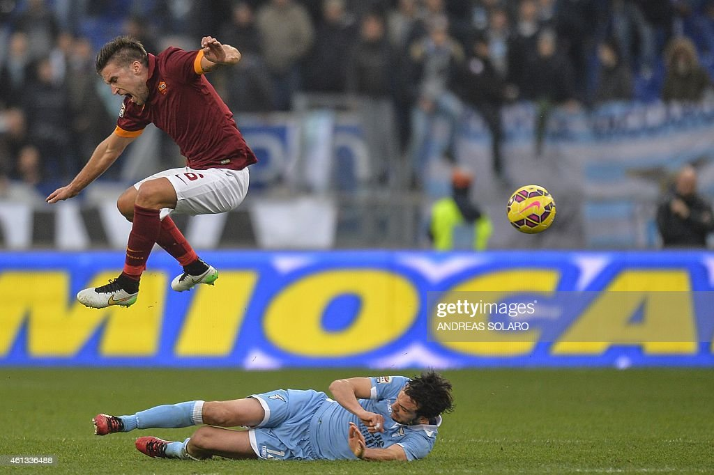 Roma's midfielder from Netherlands Kevin Strootman (C up) vies with Lazio's midfielder Marco Parolo during the Italian Serie A football match AS Roma vs Lazio on January 11, 2015 in Rome.