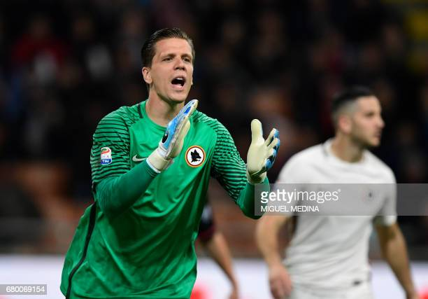 AS Roma's Polish goalkeeper Wojciech Szczesny gestures during the Italian Serie A football match AC Milan vs AS Roma at the San Siro stadium in Milan...