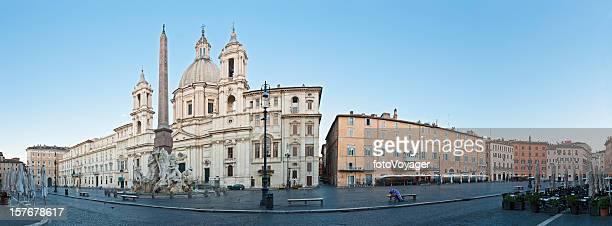 Alba in Piazza Navona di Roma tranquilla cobbles ancora fontane Italia