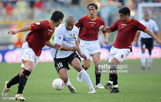 Roma's defender Cristian Chivu and midfielders Rodrigo Taddeiand David Pizarro tackle Inter Milan's forward Leite Ribeiro Adriano during their...