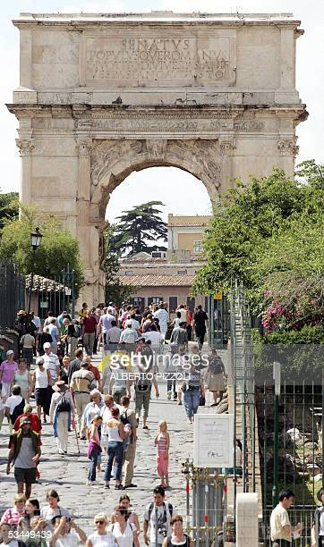 Tourists walk towards Tito's Arch 22 August 2005 after an earthquake measuring 44 on the Richter scale reverberated through the center of Rome Monday...