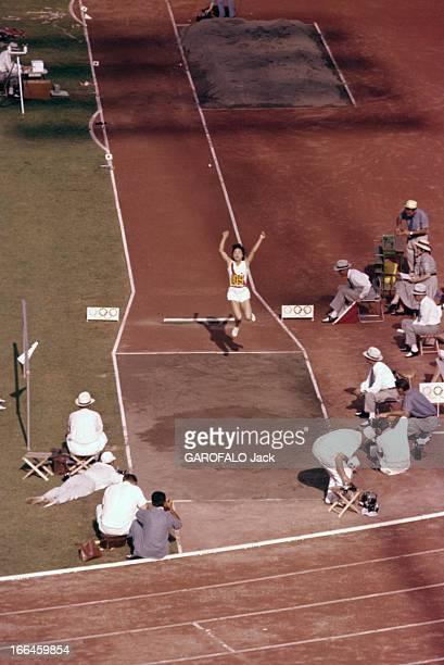Women Triple Jump Rome Jeux olympiques d'été de 1960 25 août au 11 septembre Epreuves du triple saut femmes une athlète nippone bras levés au terme...