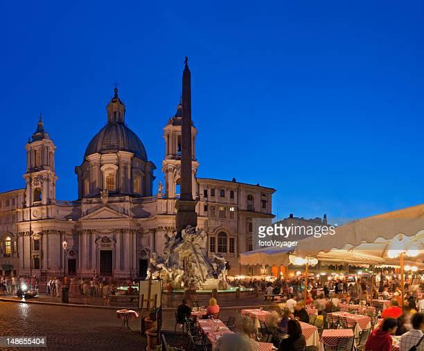 Pavimentazione di Piazza Navona Roma Bar ristoranti estate sera folla Italia