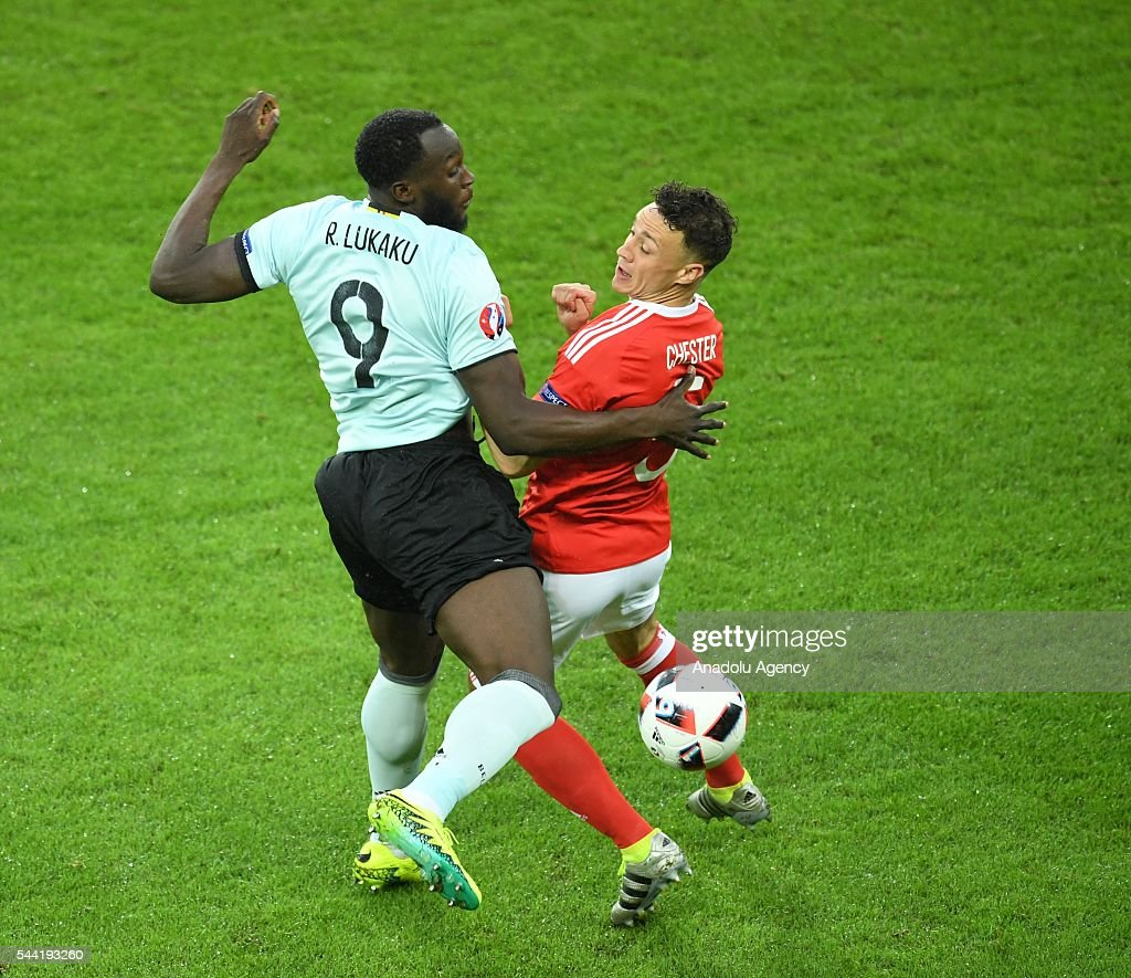 Romelu Lukaku (L) of Belgium in action against James Chester (R) of Wales during the Euro 2016 quarter-final football match between Wales and Belgium at the Stadium Pierre Mauroy in Lille, France on July 1, 2016. 15. Avrupa Futbol ampiyonas (EURO 2016) çeyrek final karlamasnda Galler ile Belçika Lille'deki Stade Pierre Mauroy'da karlat. Galler takmndan James Chester (sa) bir pozisyonda Belçika takmndan Romelu Lukaku (sol) ile mücadele etti.