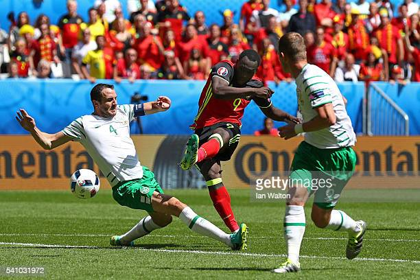 Romelu Lukaku of Belgium scores his team's first goal during the UEFA EURO 2016 Group E match between Belgium and Republic of Ireland at Stade Matmut...