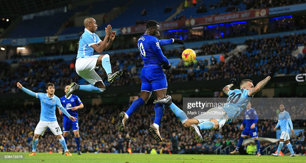 Romelu Lukaku of Everton gets a header in on goal ahead of Fernandinho of Man City (L) and Nicolas Otamendi of Man City (R) during the Capital One Cup Semi-Final Second Leg match between Manchester City and Everton at the Etihad Stadium on January 27, 2016 in Manchester, England.