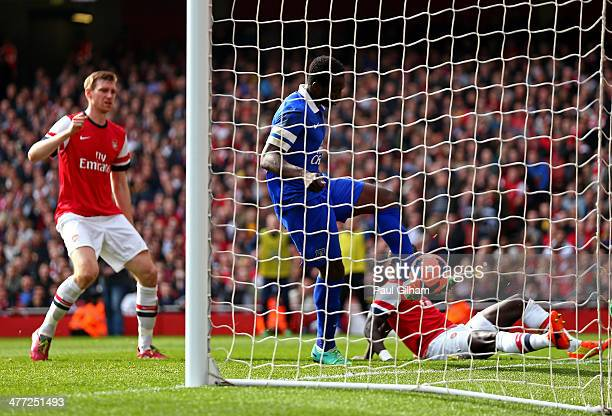 Romelu Lukaku of Everton scores a goal to level the scores at 11 during the FA Cup QuarterFinal match between Arsenal and Everton at Emirates Stadium...