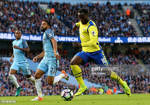 Romelu Lukaku of Everton scores his sides first goal during the Premier League match between Manchester City and Everton at Etihad Stadium on October...