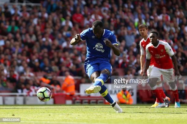 Romelu Lukaku of Everton scores his sides first goal during the Premier League match between Arsenal and Everton at Emirates Stadium on May 21 2017...