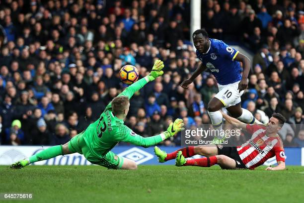 Romelu Lukaku of Everton scores his side's second goal past Jordan Pickford of Sunderland during the Premier League match between Everton and...