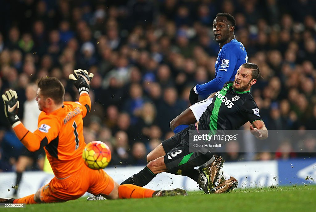 Romelu Lukaku of Everton scores his team's second goal during the Barclays Premier League match between Everton and Stoke City at Goodison Park on December 28, 2015 in Liverpool, England.