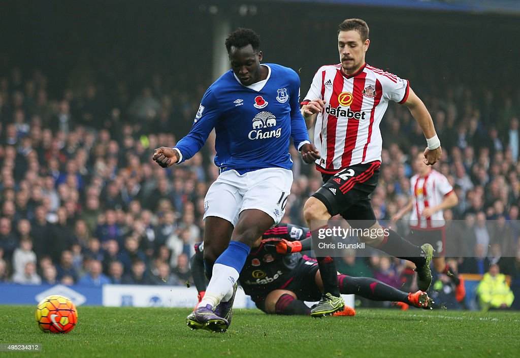 Romelu Lukaku of Everton scores thier fourth goal during the Barclays Premier League match between Everton and Sunderland at Goodison Park on...