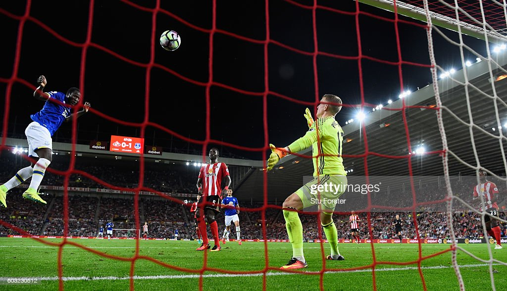 Romelu Lukaku of Everton (10) scores their second goal with a header during the Premier League match between Sunderland and Everton at Stadium of Light on September 12, 2016 in Sunderland, England.