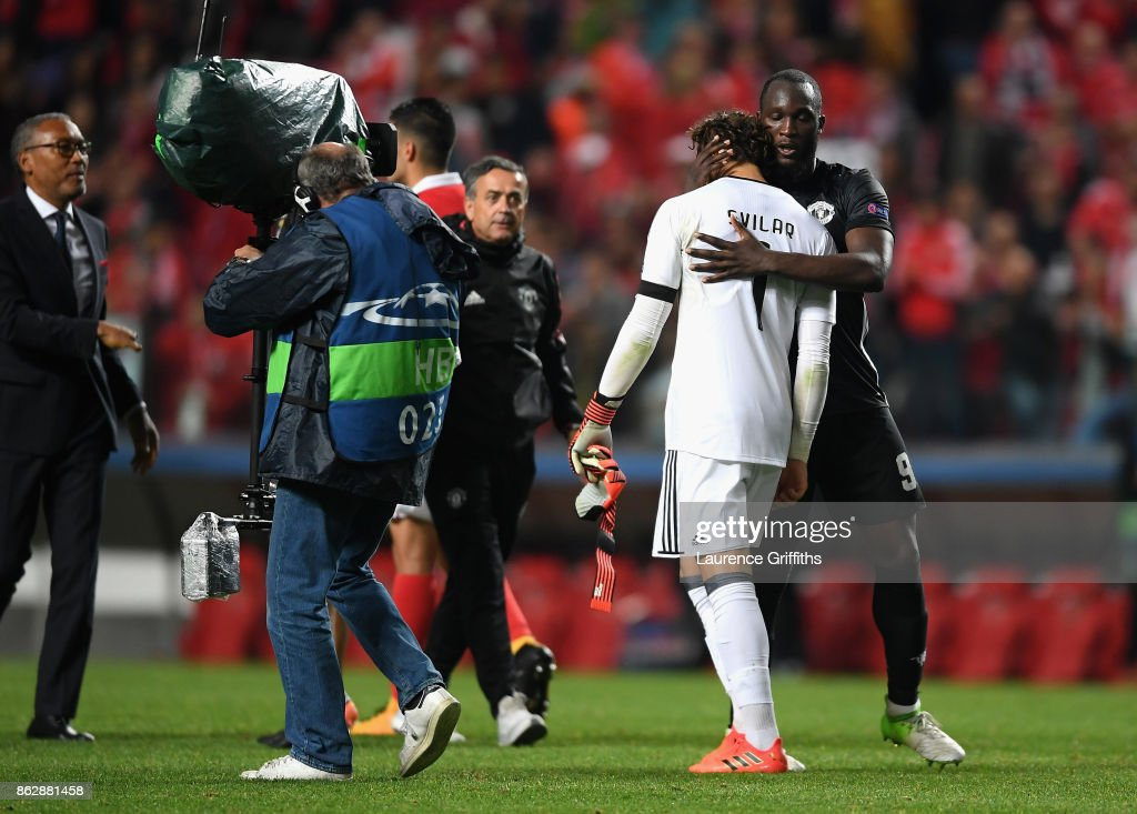 Romelu Lukaku of Manchester United and Mile Svilar of Benfica embrace after the UEFA Champions League group A match between SL Benfica and Manchester United at Estadio da Luz on October 18, 2017 in Lisbon, Portugal.
