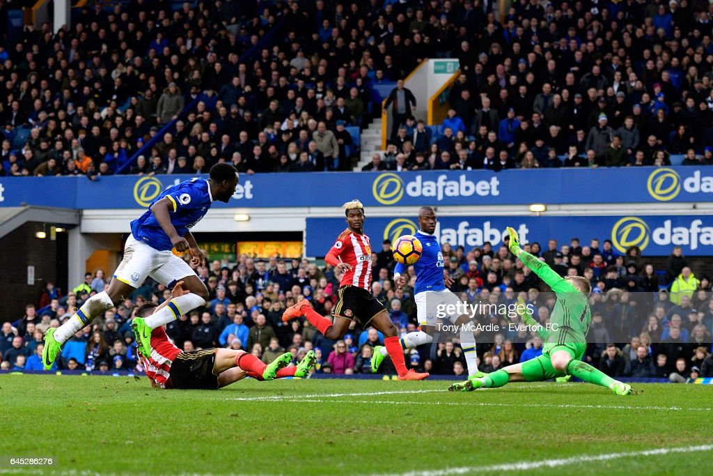Romelu Lukaku shoots to score during the Premier League match between Everton and Sunderland at Goodison Park on February 25, 2017 in Liverpool, England.