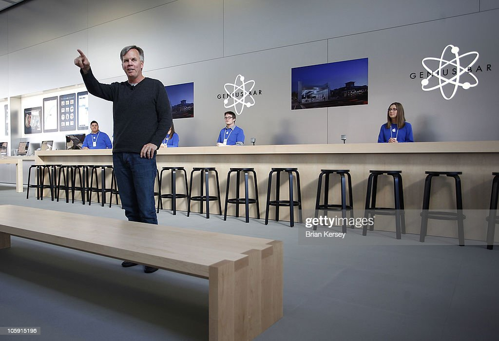 Ron Johnson, Apple's senior vice president of retail sales, talks to emloyees and media about the new Apple Store during a media preview on October 23 in Lincoln Park, a part of the city's Near North Side that has been trendy for several years.