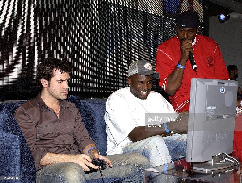 Ron Livingston and Golden State Warriors Jason Richardson plays NBA ShootOut 2004