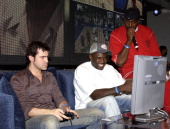 Ron Livingston and Golden State Warriors Jason Richardson plays NBA ShootOut 2004
