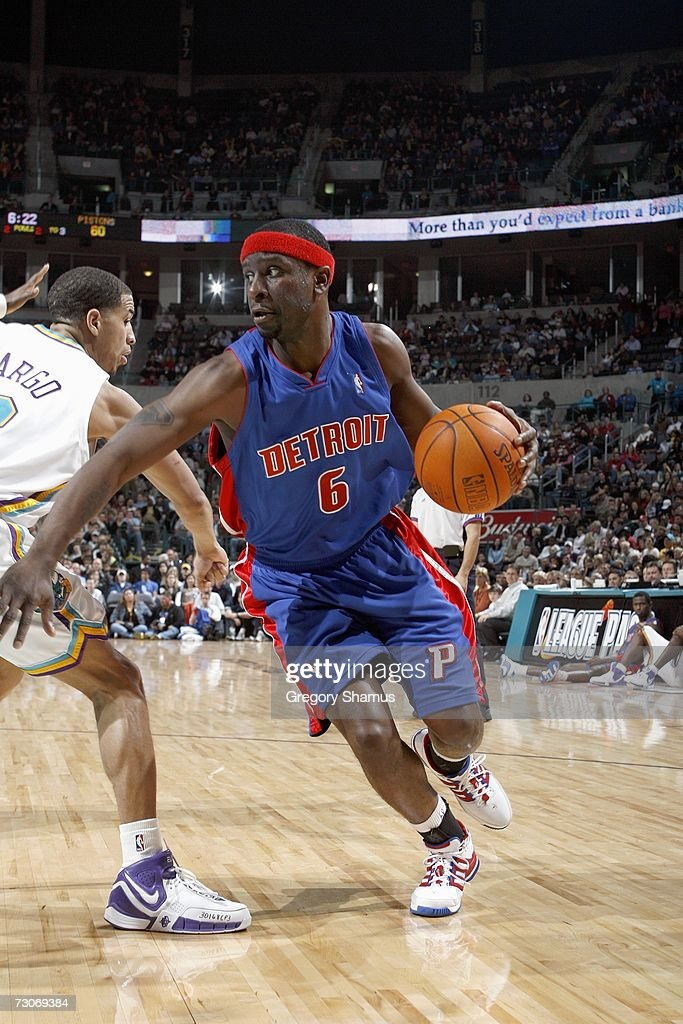 Ronald Murray #6 of the Detroit Pistons drives to the basket against Jannero Pargo #2 of the New Orleans/Oklahoma City Hornets on January 4, 2007 at the Ford Center in Oklahoma City, Oklahoma.