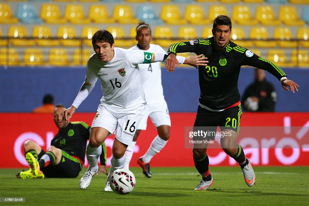 <a gi-track='captionPersonalityLinkClicked' href=/galleries/search?phrase=Ronald+Raldes&family=editorial&specificpeople=771201 ng-click='$event.stopPropagation()'>Ronald Raldes</a> of Bolivia fights for the ball with Eduardo Herrera of Mexico during the 2015 Copa America Chile Group A match between Mexico and Bolivia at Sausalito Stadium on June 12, 2015 in Viña del Mar, Chile.