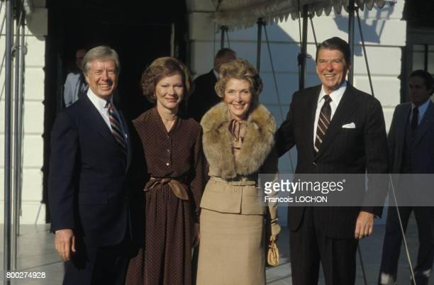 Ronald Reagan reçu par Jimmy Carter à la MaisonBlanche après son élection comme prochain président des EtatsUnis en novembre 1980 à Washington aux...