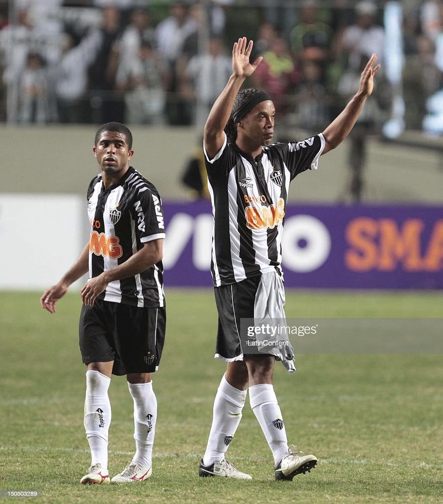 <a gi-track='captionPersonalityLinkClicked' href=/galleries/search?phrase=Ronaldinho&family=editorial&specificpeople=202667 ng-click='$event.stopPropagation()'>Ronaldinho</a> of Atletico MG greets the crowd after a match between Botafogo and Atletico MG as part ot the Brazilian Championship at Independence Stadium on August 19, 2012 in Belo Horizonte, Brazil.