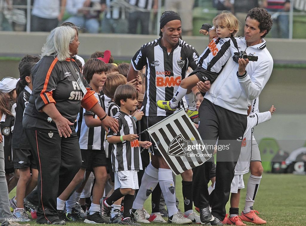 <a gi-track='captionPersonalityLinkClicked' href=/galleries/search?phrase=Ronaldinho&family=editorial&specificpeople=202667 ng-click='$event.stopPropagation()'>Ronaldinho</a> (C) of Atletico MG greets the fans before the match between Botafogo and Atletico MG as part ot the Brazilian Championship at Independence Stadium on August 19, 2012 in Belo Horizonte, Brazil.